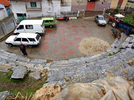 muglada-kyon-antik-tiyatrosu-otopark-olarak-kullaniliyor.jpg.jpg