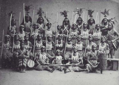COLLECTIE_TROPENMUSEUM_Groepsportret_van_de_zogenaamde_Amazones_uit_Dahomey_tijdens_hun_verblijf_in_Parijs_TMnr_60038362.jpg.jpg